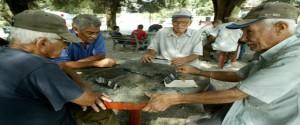 Hombres de la tercera edad jugando dominó