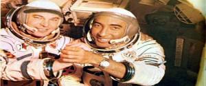 Cosmonauta soviético Yuri Romanenko y el general de brigada y Héroe de la República de Cuba, Arnaldo Tamayo Méndez, primer latinoamericano en viajar al espacio. /Foto: Archivo Granma