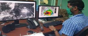 Especialista trabajando en el Centro de Pronósticos del Instituto de Meteorología