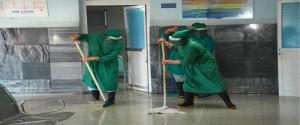 Intensas jornadas de higienización matizaron el trabajo en el Hospital Antonio Luaces Iraola, de la ciudad de Ciego de Ávila. Foto: Gutiérrez Gómez, Osvaldo