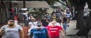 Personas transitando por la calle 23 el 26 de enero de 2021. Foto: Ariel Ley / ACN.