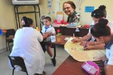 Especialista trabajando con los niños
