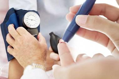 Persona realizando una prueba de diabetes