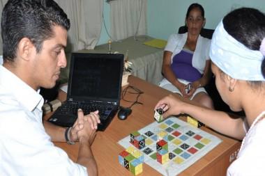 Especialistas realizando ejercicio de rehabilitación a persona con Esclerosis Múltiple