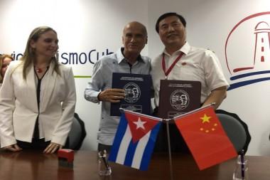 Funcionarios cubanos y chinos