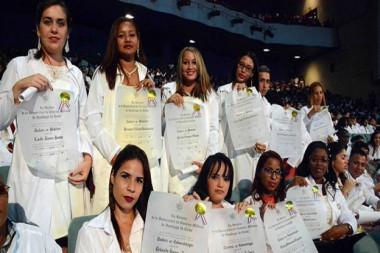 Médicos cubanos portando título de graduación