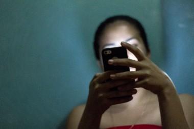 Persona comunicándose por un móvil