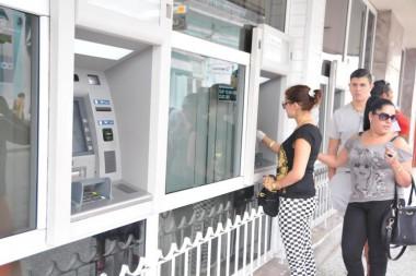 Personas utilizando los cajeros automáticos