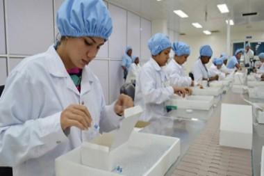 Especialistas cubanos en un laboratorio