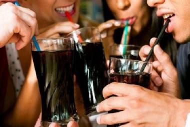 Personas tomando refrescos
