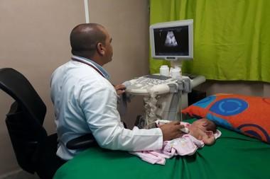 Especialista consultando un recién nacido