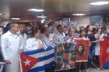 Primer grupo de médicos cubanos que se encontraban prestando asistencia en Bolivia