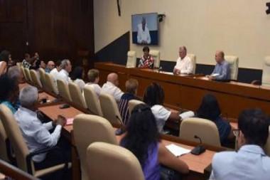 Presidente cubano intercambiando con profesores de matemáticas y física