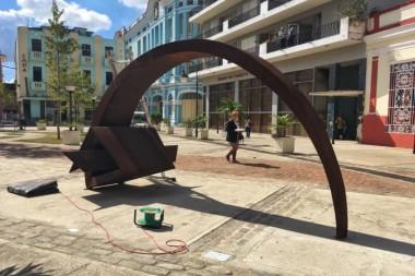 Se ultiman detalles de la escultura Arcada, de José Villa Soberón, que se instala en la céntrica plaza de los trabajadores y que inaugurará el Simposio. Foto: Leandro Armando Pérez Pérez