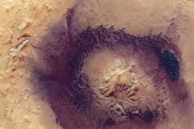 Captan impresionantes imágenes de un gigantesco cráter de Marte