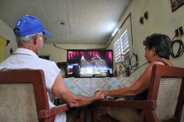 En medio de las medidas para lograr un mayor distanciamiento social, los hogares cubanos deben incrementar las medidas de ahorro de electricidad, para evitar los molestos apagones. (Foto: Julio Martínez Molina)