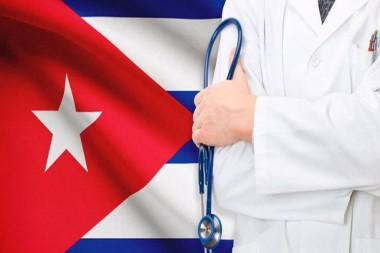 Médico y bandera cubana