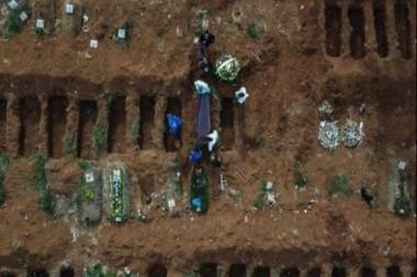 Vista aérea del cementerio de Vila Formosa, a las afueras de Sao Paulo, en Brasil, donde se han enterrado víctimas del coronavirus. Foto Afp