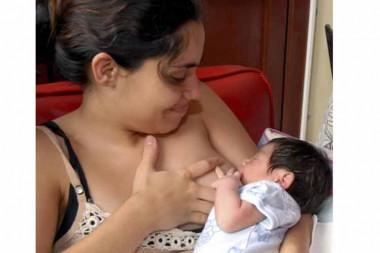 Madre lactando a su hijo