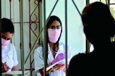 A partir de una evaluación integral de la epidemia en La Habana, presentada por un grupo de expertos, se determinó seguir en la pesquisa de casos en los lugares más complicados. Foto: Ricardo López Hevia