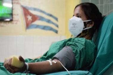 Primera paciente recuperada en el hospital holguinero Fermín Valdés Domínguez, dona sangre al programa de plasmoféresis. Foto: Archivo del Periódico Ahora