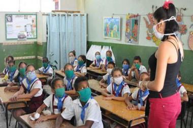 Maestra en el aula con los estudiantes