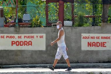 Persona caminando por la calle con nasobuco