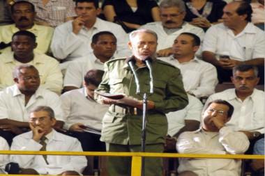 Fidel habla en el Acto de creación del Contingente Henry Reeve y Graduación de Médicos en la Ciudad Deportiva, 19 de septiembre de 2005. Foto: EFE / Archivo
