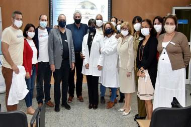 El presidente cubano Miguel Díaz-Canel elogió el trabajo del grupo de investigadores, en su mayoría mujeres. Foto: Estudios Revolución.