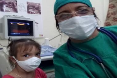 La doctora Lisset Ley Vega, junto a una de las menores recuperadas de la COVID-19 y participante en el estudio. Foto: Cortesía de la entrevistada.