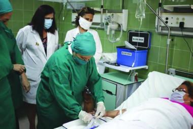 Especialistas atendiendo a una paciente