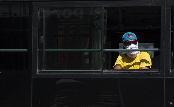 El uso del nasobuco en el transporte público es obligatorio. Foto: Irene Pérez/ Cubadebate.