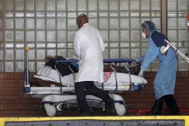 Médicos y un paciente en un hospital de Nueva York, EE.UU., el 6 de abril de 2020. Foto: Brendan Mcdermid/Reuters.