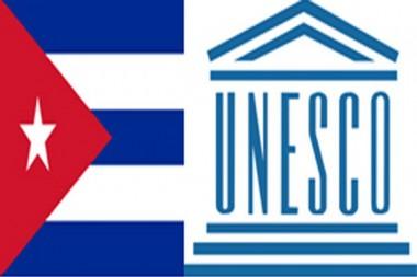Bandera de Cuba y logo de la UNESCO