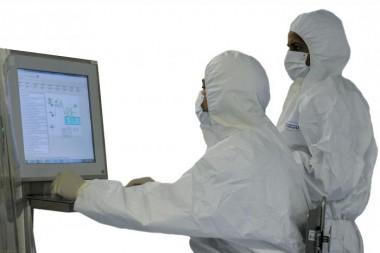 Especialistas trabajando en una computadora