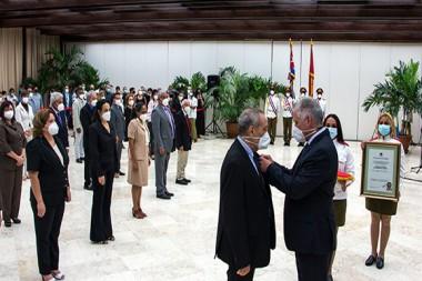 Miguel Díaz Canel, Presidente de la República de Cuba, durante la entrega del Título de Héroes del Trabajo a científicos destacados. Foto: Abel Padrón Padilla/ Cubadebate.